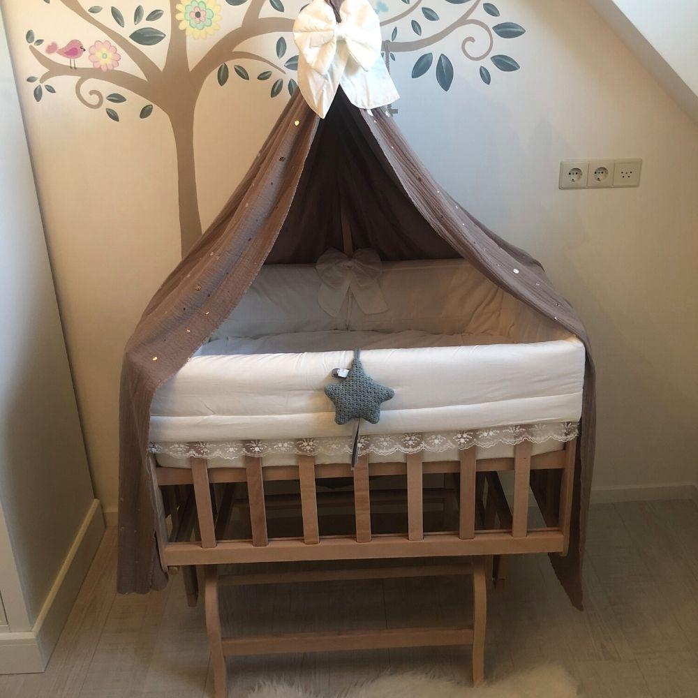babywiegje babyrace in slaapkamertje. Wiegje met hemeltje - schommelwieg